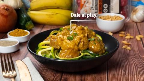 Tallarines de calabacín con albóndigas al curry