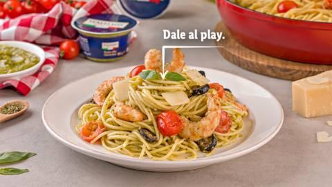 Espaguetis con salsa pesto Genovese y langostinos