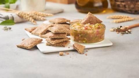 Crackers integrales con salsa de melocotón