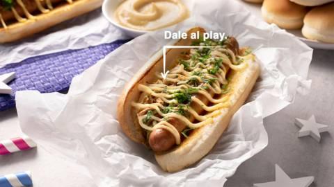 Hot dog americano con salsa de queso cheddar