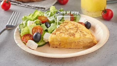 Tortilla de patatas y ensalada