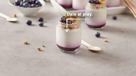 Yogur con coulis de arándanos