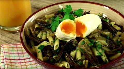 Pasta con alcachofas y huevo