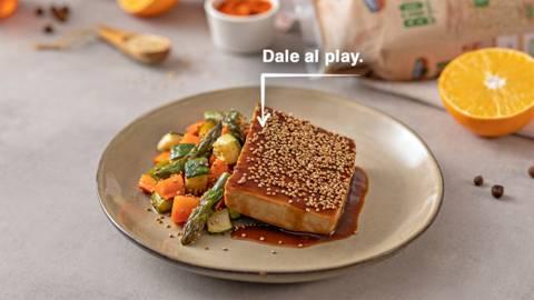 Tofu glaseado con naranja y verduras
