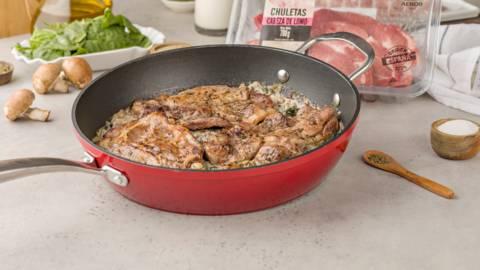 Chuletas de cerdo al horno con salsa de espinacas y champiñones