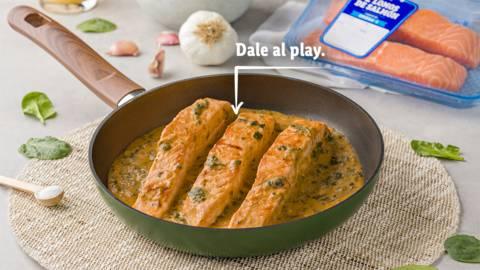 Salmón con salsa de ajo y espinacas