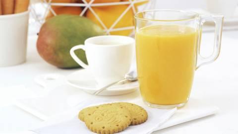 Batido vitamina C, capuccino y galletas