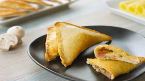 Triángulos rellenos de queso y bacon