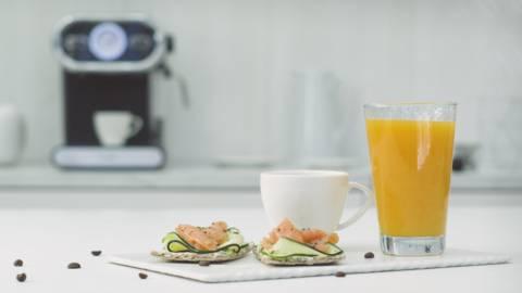 Tostada nórdica con zumo de mandarina y café