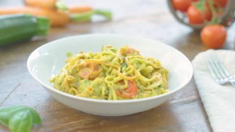 Espaguetis de verduras con pesto de aguacate