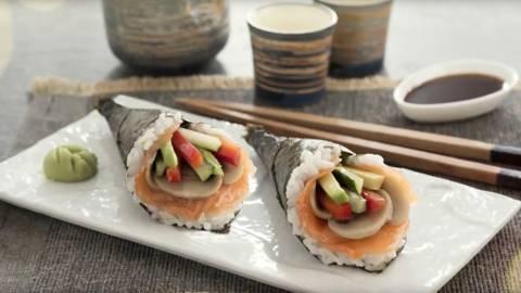Sushi temaki de salmón