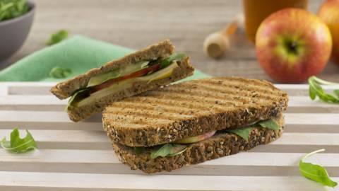 Sándwich de manzana, brie y rúcula