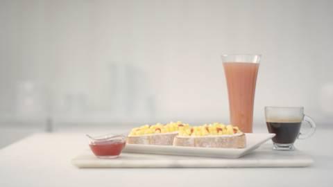 Tostada con queso, mango y fresa