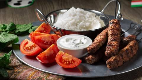 Kebab iraní con salsa de yogur y hierbabuena