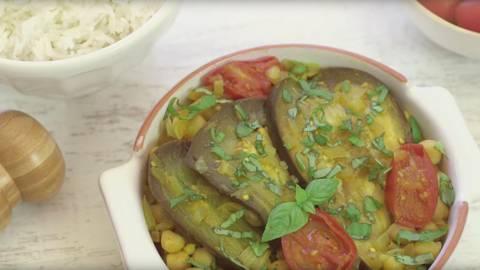 Berenjena al curry con tomate y albahaca