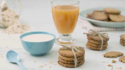 Galletas de avena, zumo y yogur