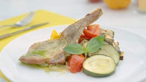 Chuletas de cerdo con salsa de albahaca