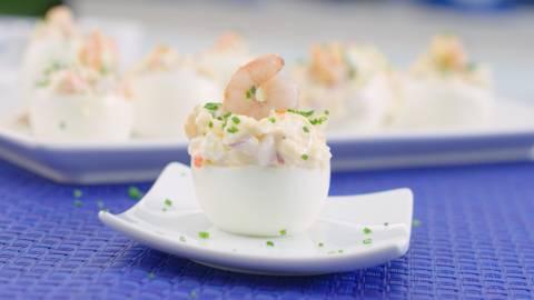 Huevos rellenos de surimi y gambas