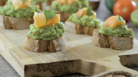 Tostada integral de guacamole y salmón