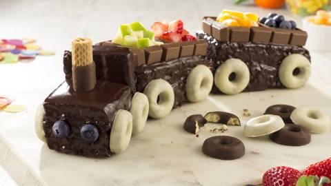 Tarta tren de chocolate con frutas