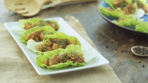 Tacos de lechuga y pollo a la naranja