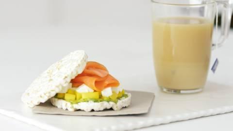 Sándwich ligero y té con leche