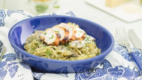 Espaguetis al pesto con pollo braseado