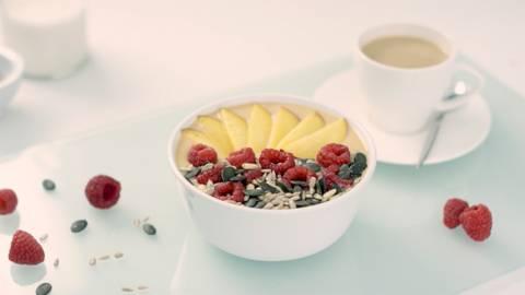 Smoothie bowl de piña y nectarina con café