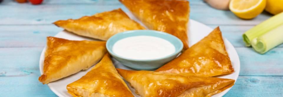 Empanadillas de bonito y ciruela con salsa de yogur
