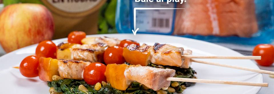 Cómo hacer brochetas de salmón en cama de espinacas