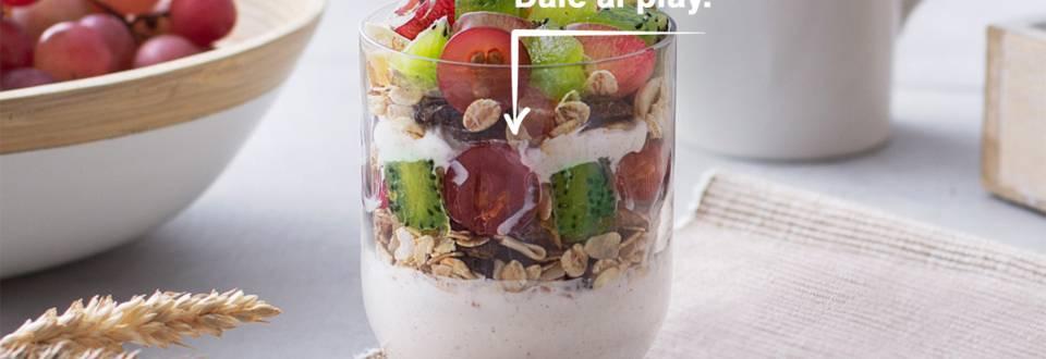 Cómo hacer skyr con muesli y frutas