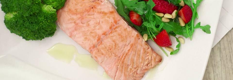 Cómo hacer salmón con rúcula y brócoli