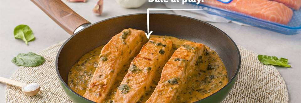 Receta de salmón con salsa de ajo y espinacas