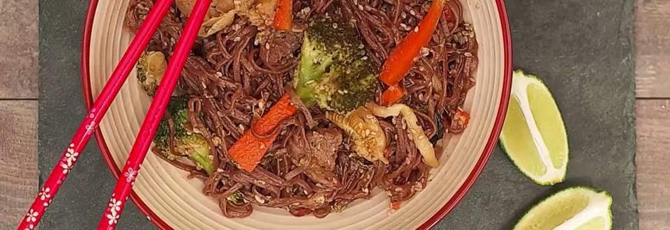 Cómo hacer wok de fideos soba con carne