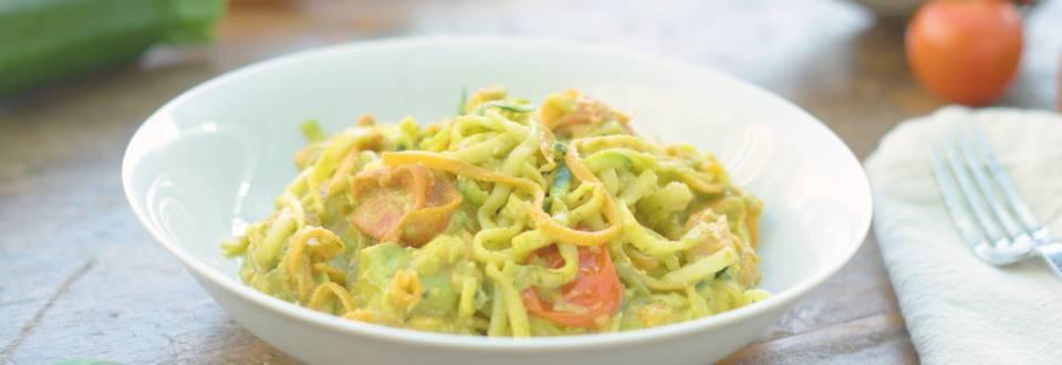 Cómo hacer espaguetis de verduras con pesto de aguacate