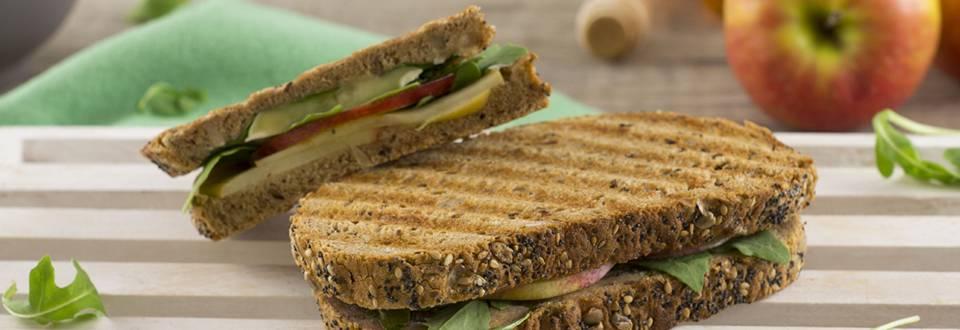 Cómo hacer sándwich de manzana, brie y rúcula