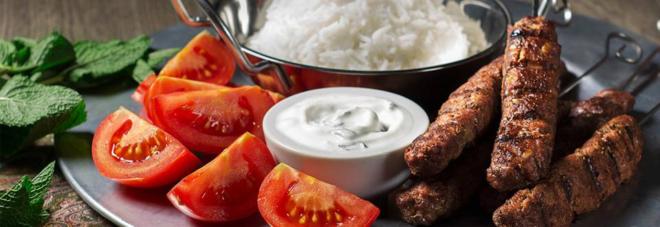 Cómo hacer kebab iraní con salsa de yogur y hierbabuena