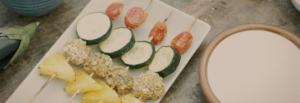 Cómo hacer brochetas de verduras y piña