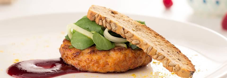 Cómo hacer hamburguesa de pollo con ensalada de pepino