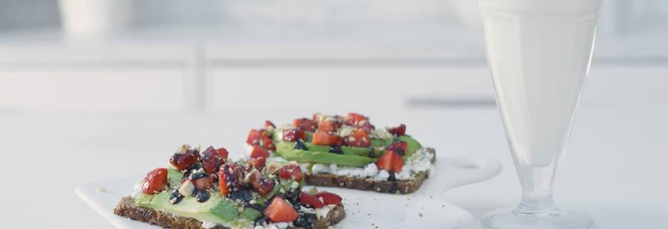 Cómo hacer tosta de aguacate y fresas
