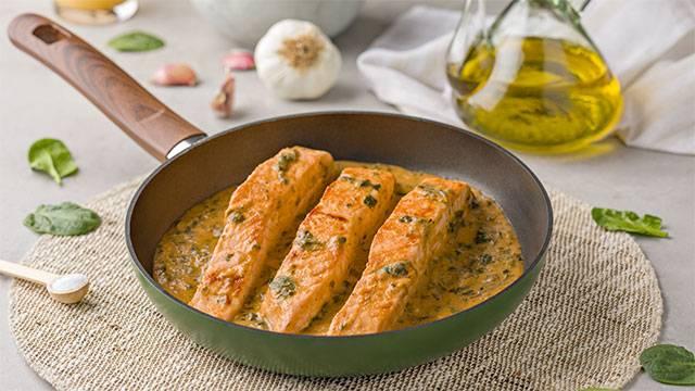 Salmón con salsa de jo y espinacas
