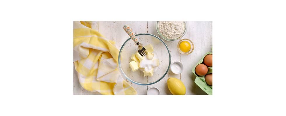 Bol con mantequilla, aúcar, limón y huevo