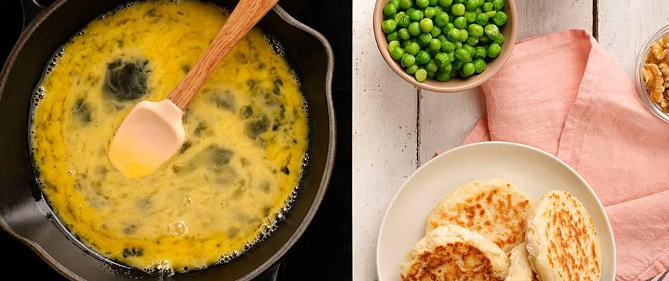 Huevos revueltos en la sartén y panecillos
