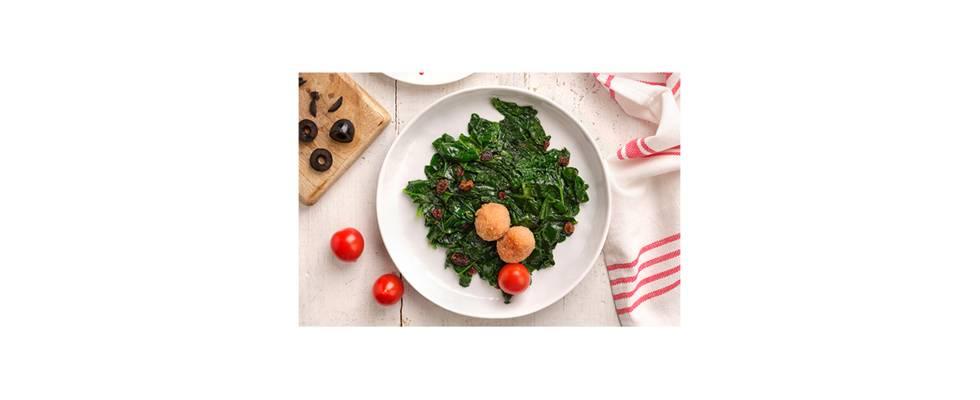 Plato con espinacas, tomates y albóndigas fritas